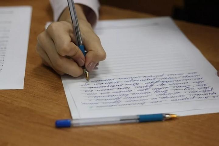 Участники ЕГЭ по литературе невнимательно читают темы сочинений и не очень хорошо анализируют лирику