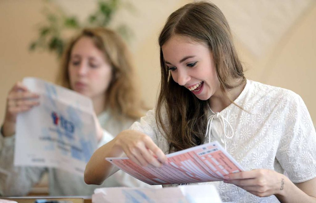 Количество высокобалльников ЕГЭ увеличилось, а число не сдавших экзамен уменьшилось